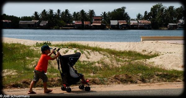 matériel_voyage_enfant_poussette_cambodge