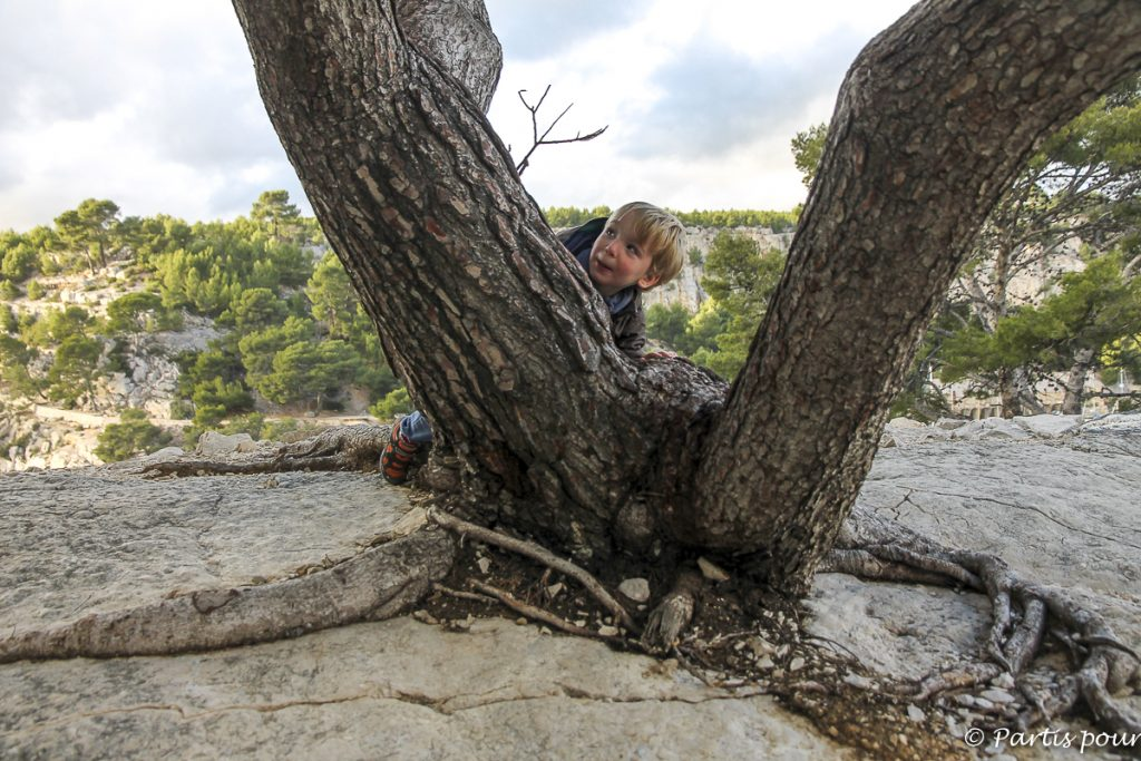 Sur le sentier du Petit Prince à la calanque de Port-Miou, près de Cassis. Marseille avec un enfant