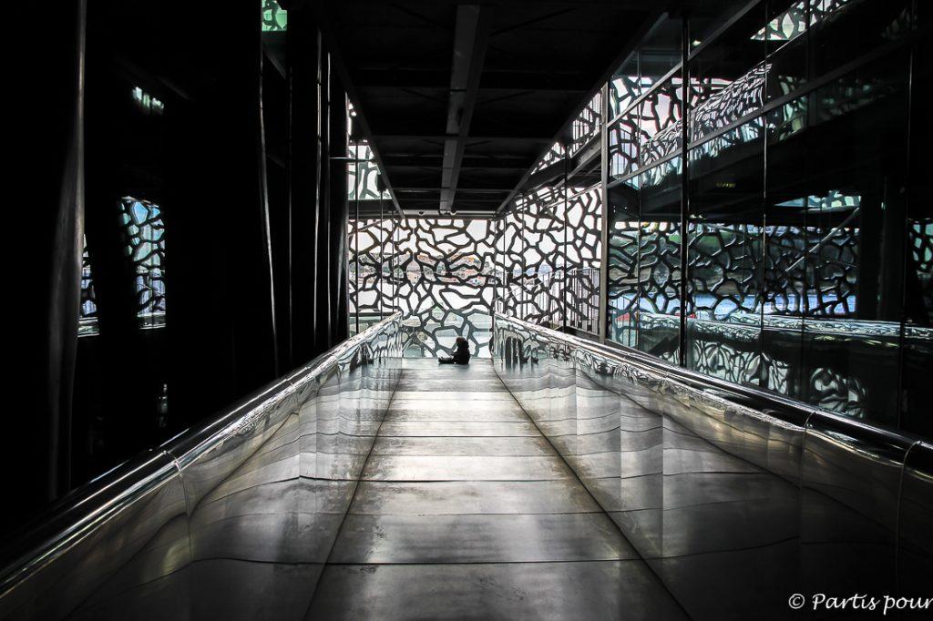 Dans les couloirs du MuCem. Marseille avec un enfant