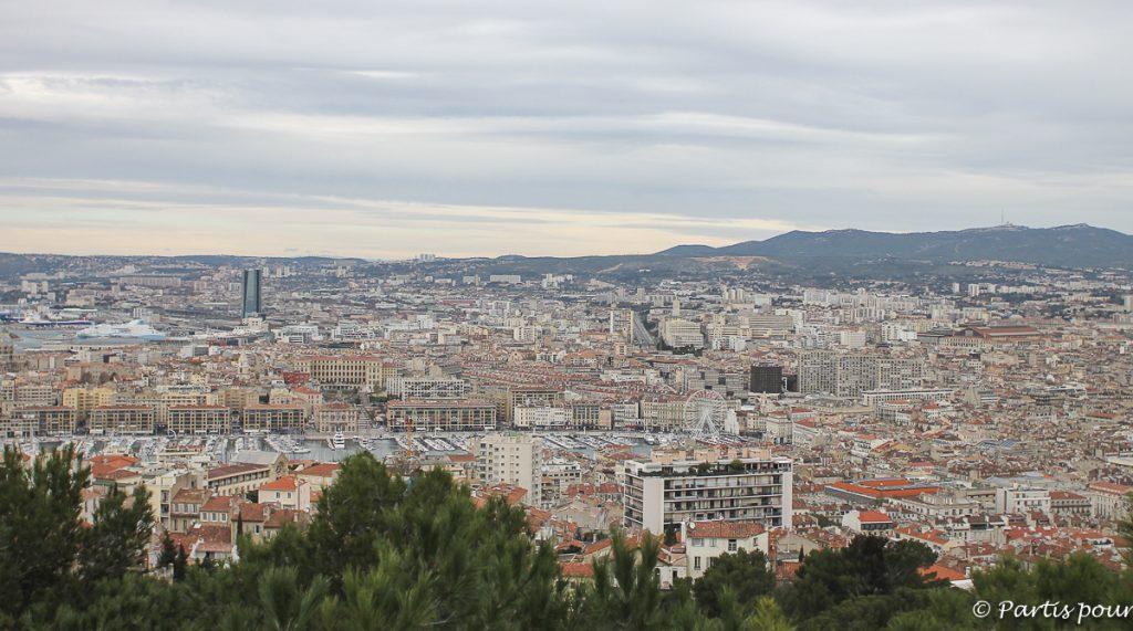 Vue sur Marseille depuis Notre-Dame-de-la-Garde. Marseille avec un enfant