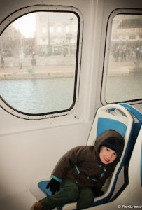 Sur le bateau vers les îles du Frioul Marseille avec un enfant