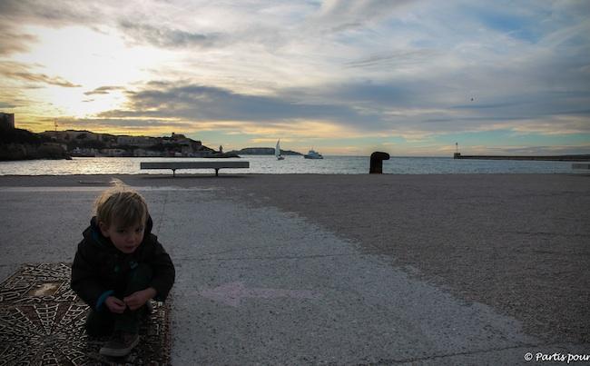 Esplanade du J4 Marseille avec un enfant
