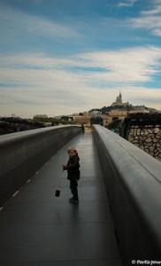 Passerelle MuCEM Fort Saint Jean Marseille avec un enfant
