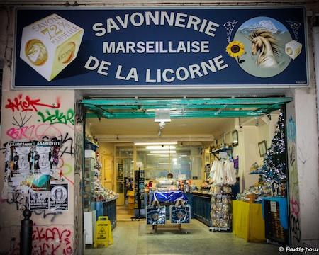 Savonnerie marseillaise de la Licorne Marseille avec un enfant