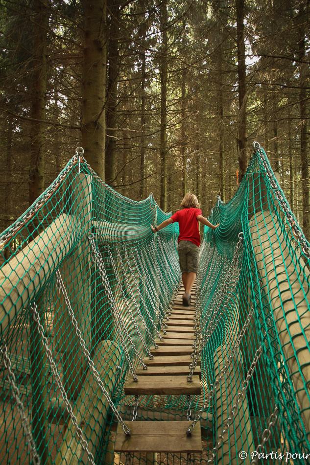 Pont suspendu. Parc de l'O Vive, Dochamps. Activités Durbuy et environs