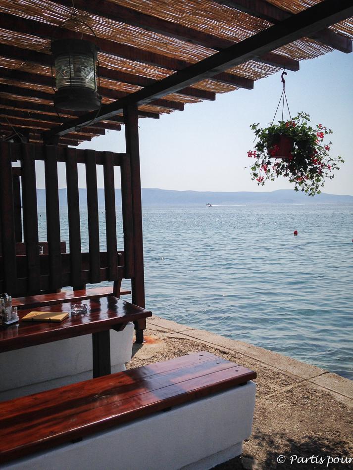 Restaurant en bord de mer, Klenovica, Croatie. Petits plaisirs d'été.