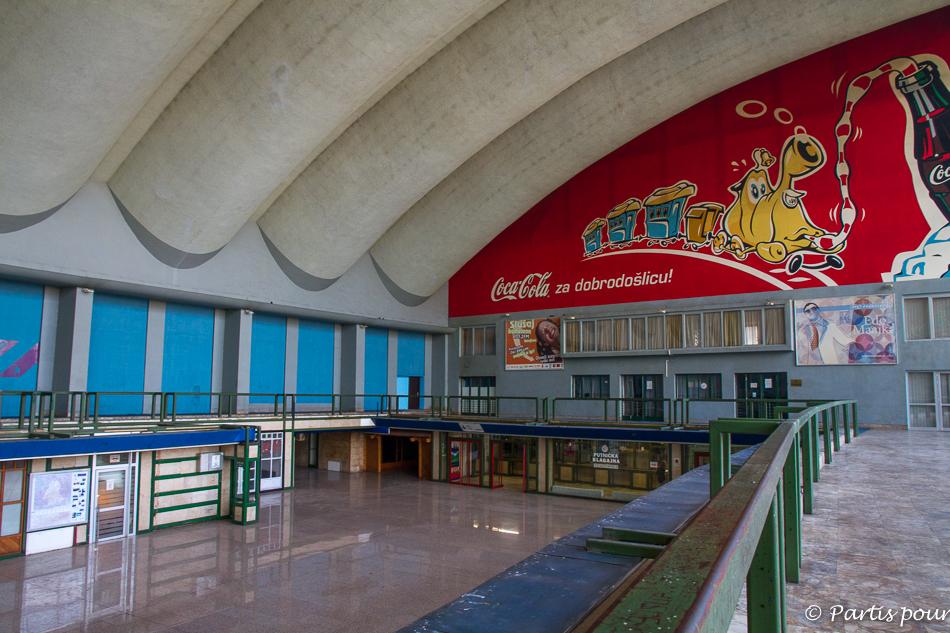 Hall vide de la gare de Sarajevo. Trois semaines à Sarajevo