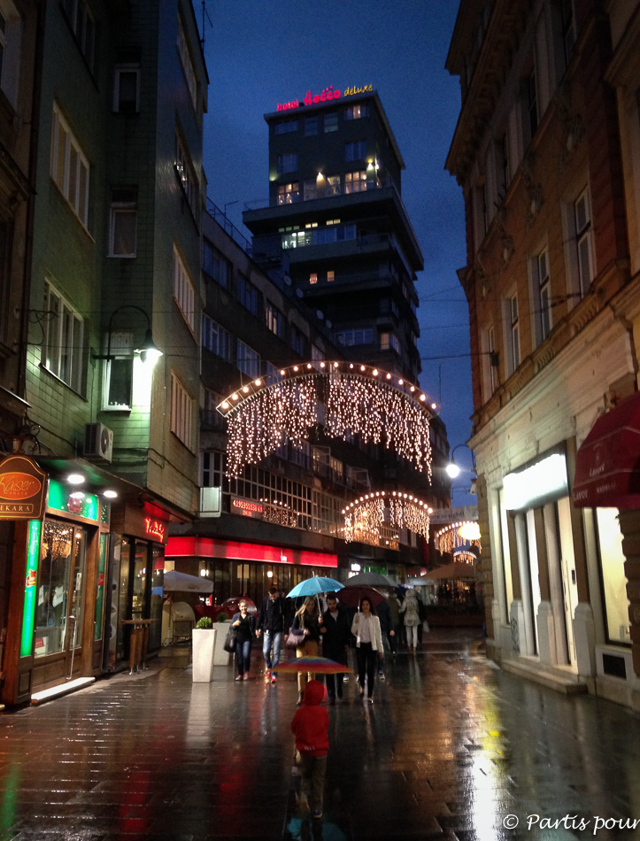 Rues illuminées pour la période du Ramadan. Trois semaines à Sarajevo