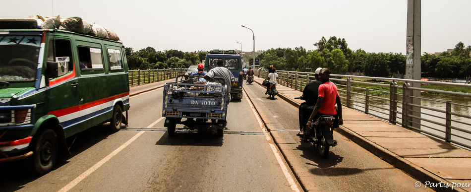 Sur un pont à Bamako, Mali