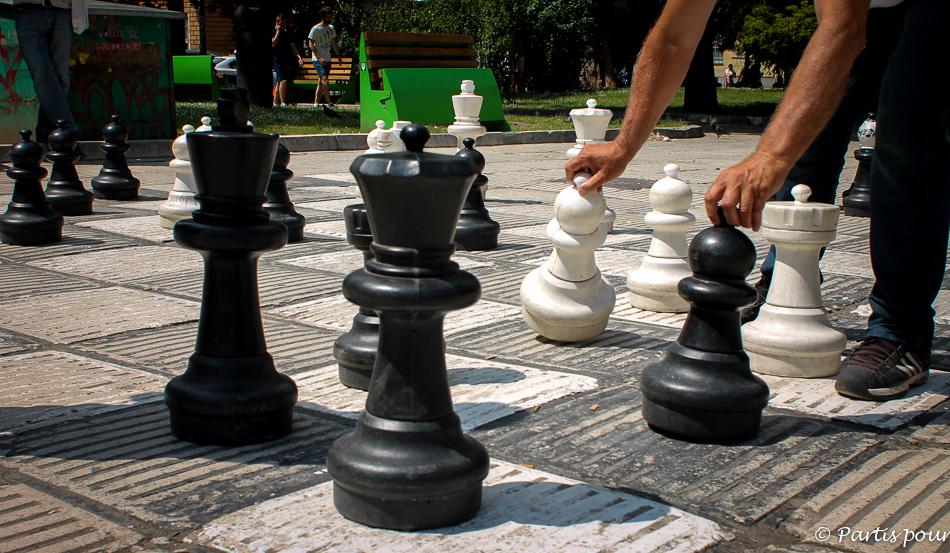 Partie d'échecs sur la place Oslobodenja. Découvrir Sarajevo avec un enfant.