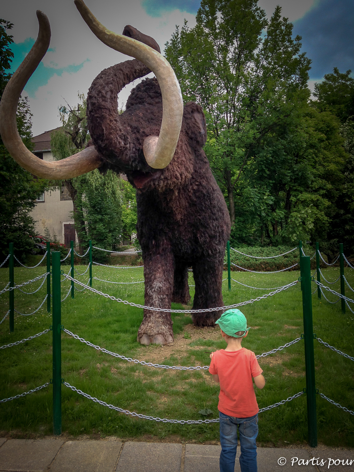 Devant le mammouth du zoo de Sarajevo. Découvrir Sarajevo avec un enfant.