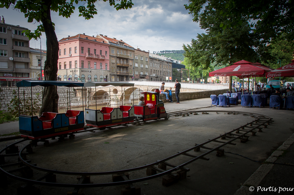Parc At-Mejdan, le long de la Miljacka. Découvrir Sarajevo avec un enfant