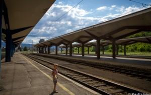 Sur les quais de la gare. Découvrir Sarajevo avec un enfant
