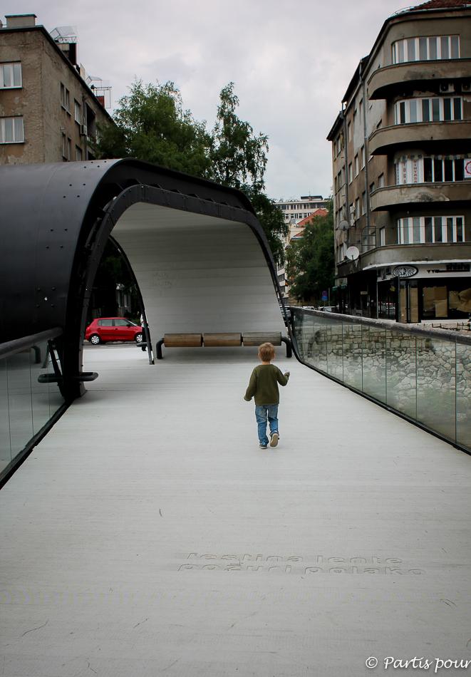 Découvrir Sarajevo avec un enfant. Sur le pont Festina Lente