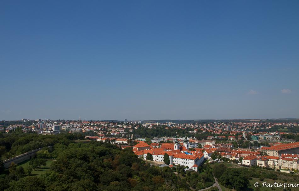 Prague avec un enfant. Vue sur le Monastère de Strahov depuis la Tour d'Observation de Petrin.