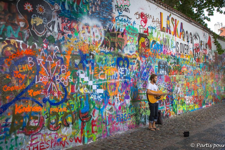 Mur John Lennon. Prague avec un enfant