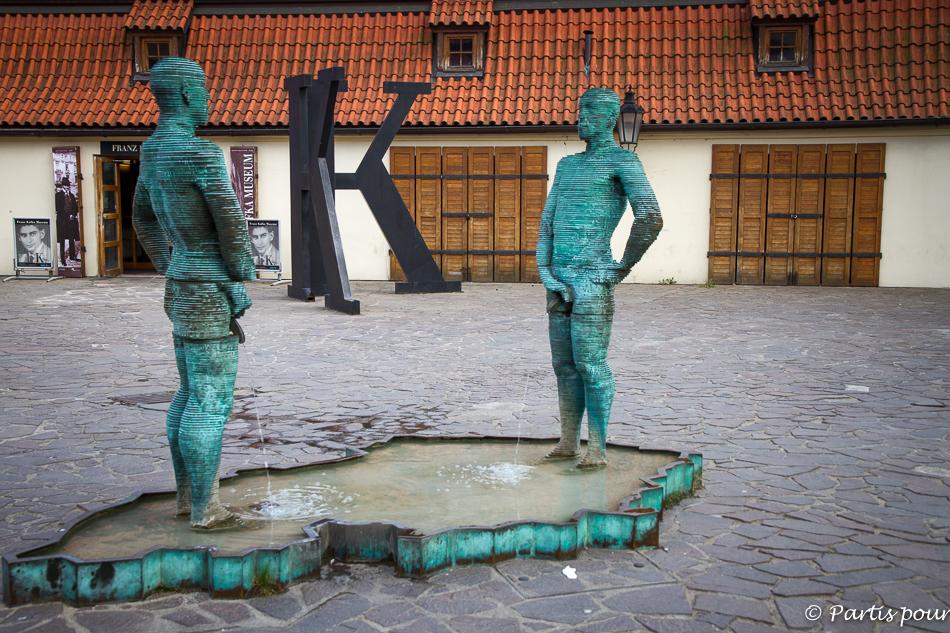 Proudy devant le musée Franz Kafka. Prague avec un enfant