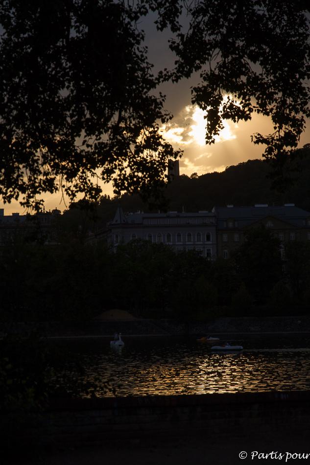 Coucher de soleil depuis l'Île Slave. Prague avec un enfant