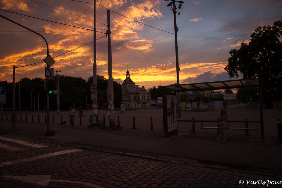 Coucher de soleil sur le Parc des Expositions au Parc Stromovka. Prague avec un enfant