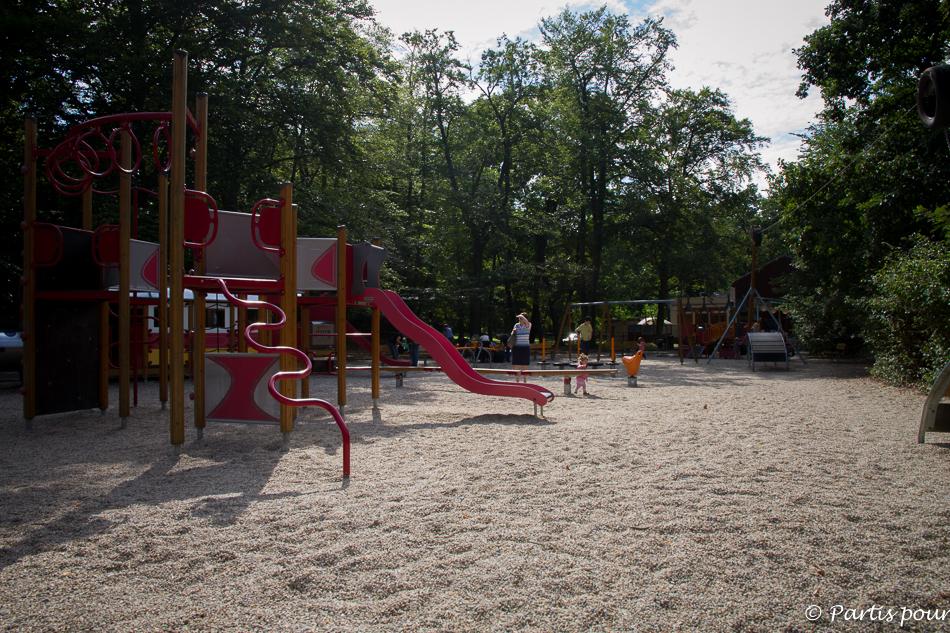 Plaine de jeux dans le parc Stromovka. Prague avec un enfant