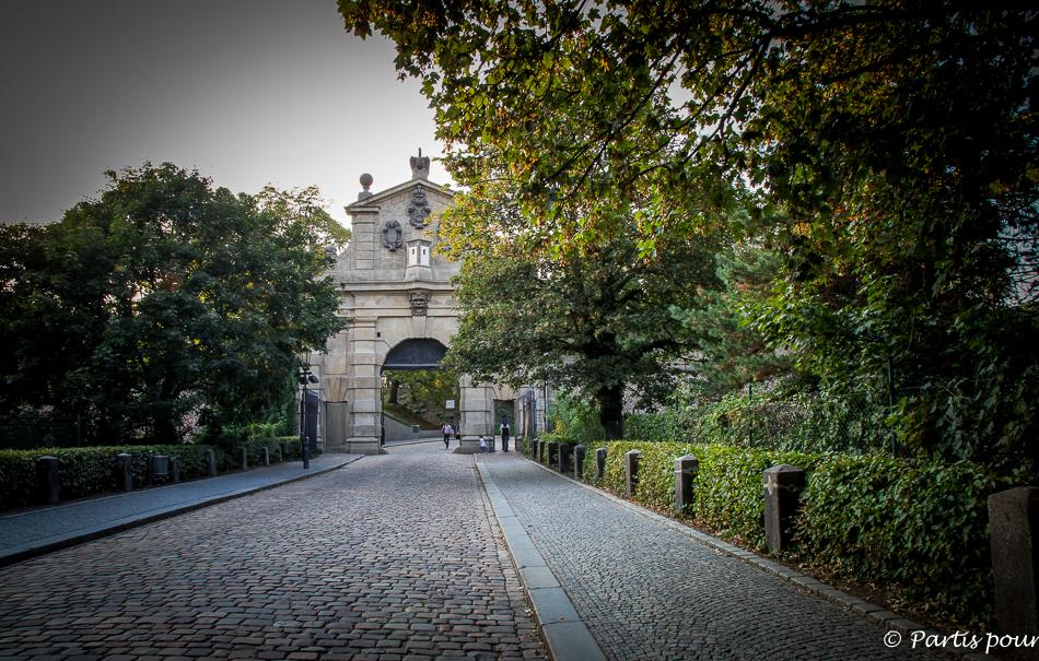 Deuxième porte d'entrée de la citadelle de Vysehrad. Prague avec un enfant.