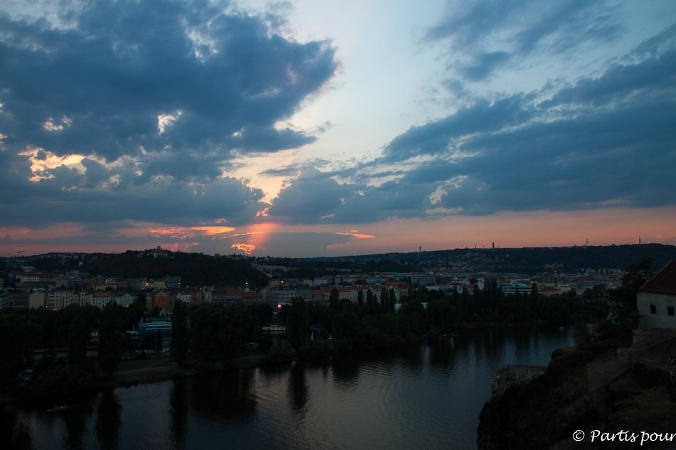 Coucher de soleil depuis la citadelle de Vysehrad. Prague avec un enfant