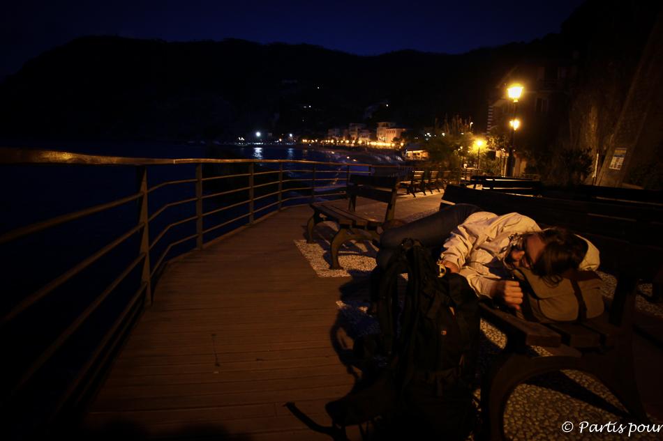 Dormir sur un banc à Monterosso al Mare en attendant le train, Cinque Terre, Italie