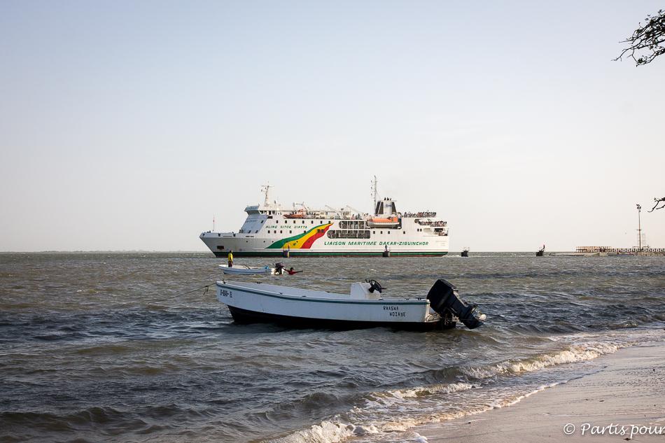 Le ferry Aline Sitoe Diatta quitte Carabane. Itinéraire d'un voyage au Sénégal