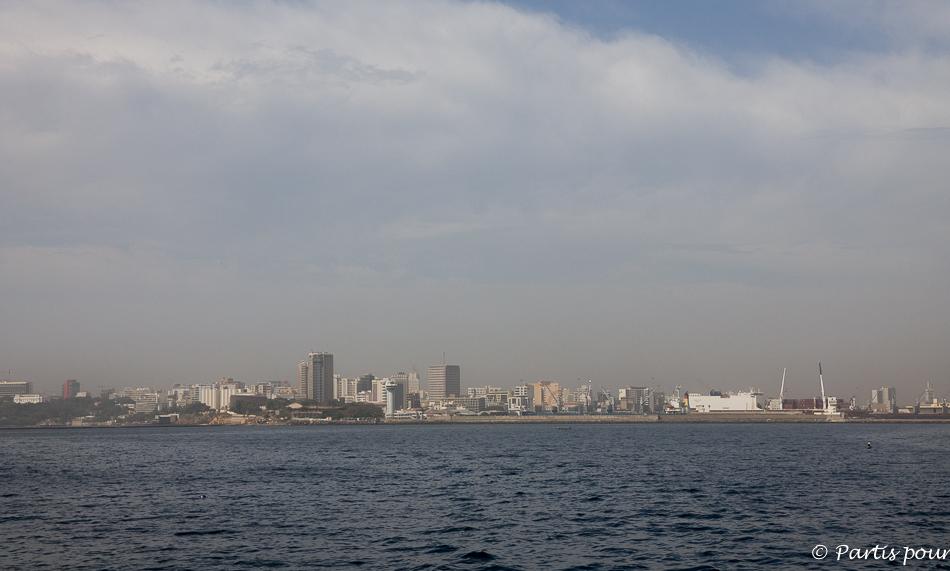 Vue sur Dakar depuis le bateau vers l'île de Gorée. Itinéraire d'un voyage au Sénégal