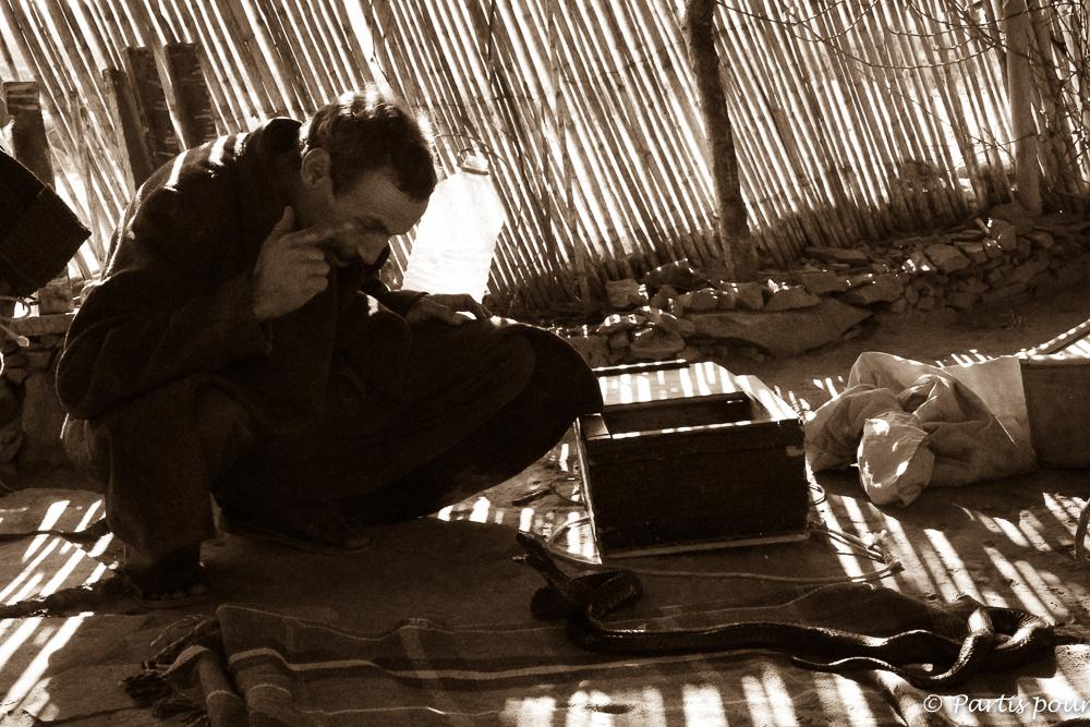 Vivre ses rêves... Lahcen, chasseur de serpent dans le désert près de Guelmin au Maroc... Donner du sens au voyage