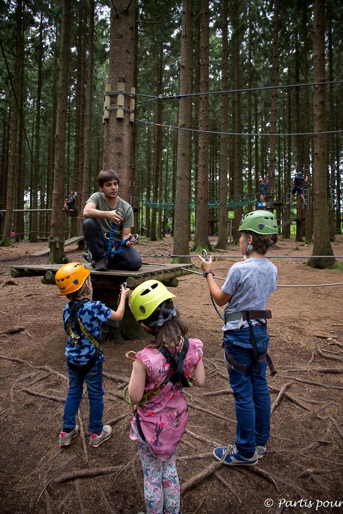 Explication des consignes de sécurité au parc Aventure Forestia. La Province de Liège en famille