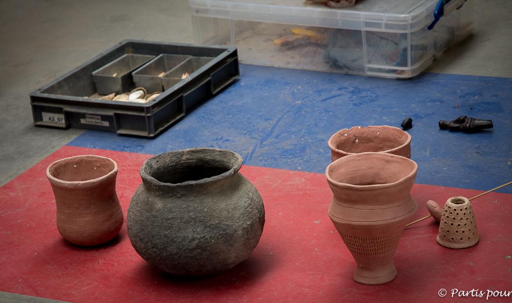 Atelier de poterie néolithique au préhistomuseum de Flémalle. La Province de Liège en famille