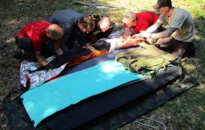 Que faire en cas de fracture ? Civière improvisée pour transporter un blessé lors d'une rando.