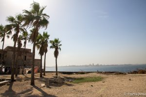 Vue sur Dakar depuis l'île de Gorée. Dakar avec un enfant