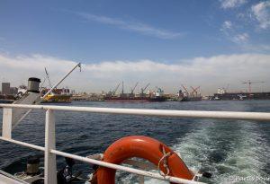 Sur le ferry menant à Dakar. Dakar avec un enfant