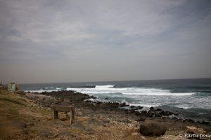 Face à l'Atlantique sur l'île de Ngor. Dakar avec un enfant