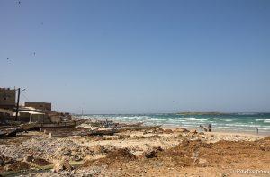 En arrivant sur la plage de Yoff. Dakar avec un enfant