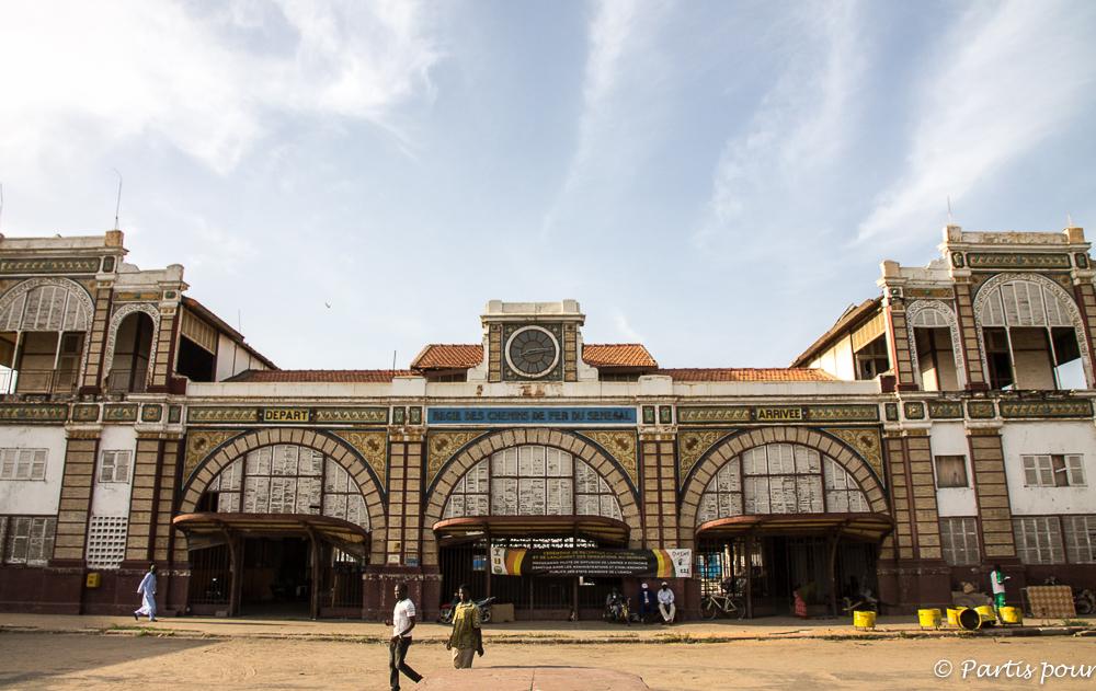 Gare de Dakar. Dakar avec un enfant