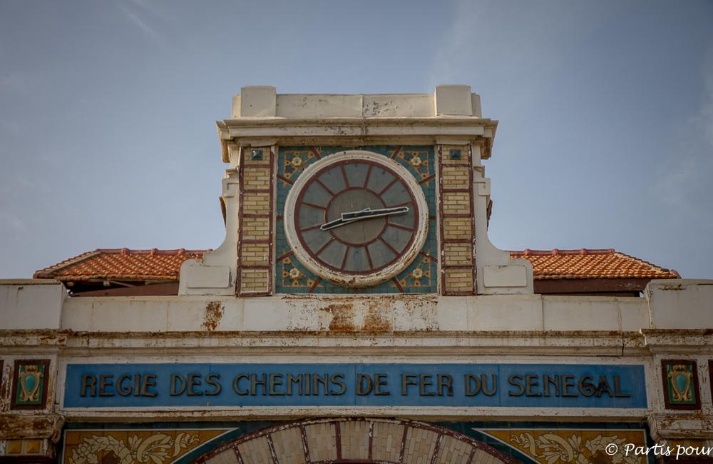 Détail de la façade de la gare de Dakar. Dakar avec un enfant