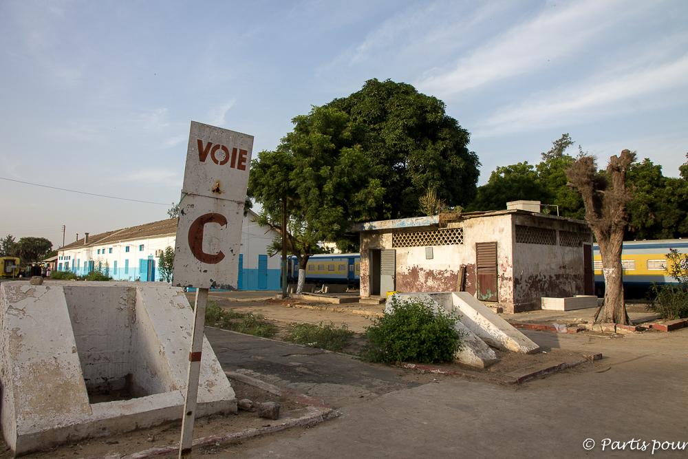 Les quais de la gare de Dakar. Dakar avec un enfant