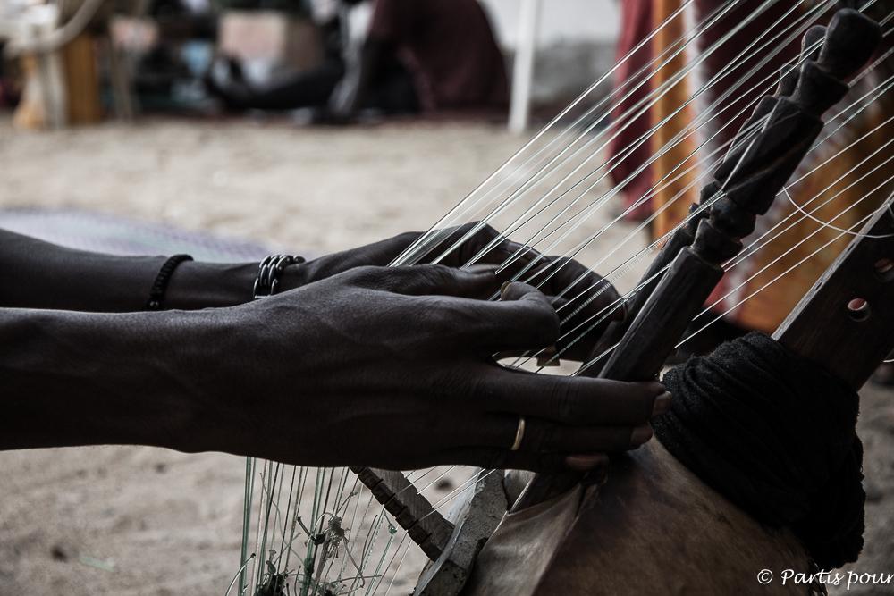 Joueur de kora sur l'île de Gorée. Dakar avec un enfant