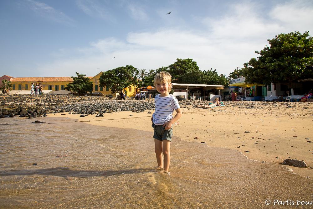 Sur la plage de l'embarcadère à Gorée. Dakar avec un enfant
