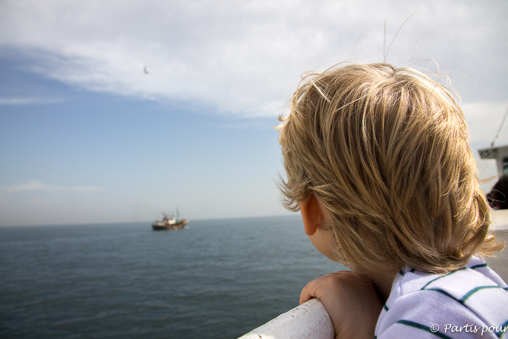 Sur le pont du ferry vers l'île de Gorée. Dakar avec un enfant