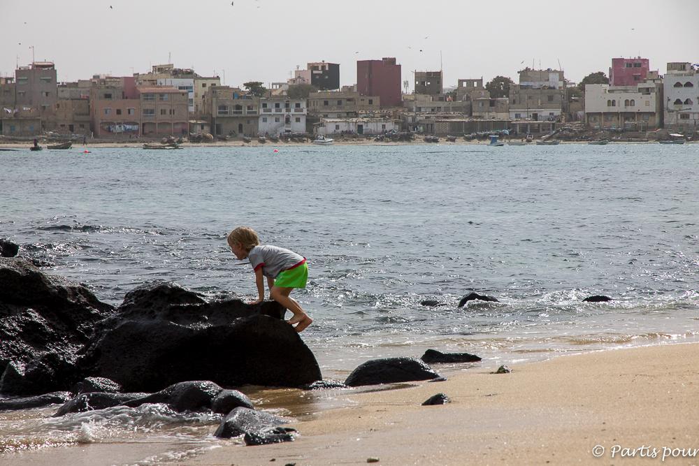 Jouer sur la plage de NGor. Dakar avec un enfant