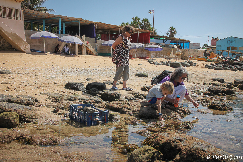 Sur la plage de la Pointe des Almadies. Dakar avec un enfant