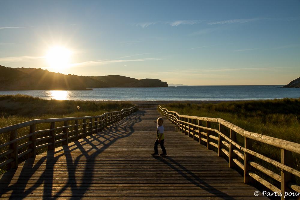 Assister au coucher de soleil sur la plage de Gorliz, entre mer et montagne. Pays-basque espagnol