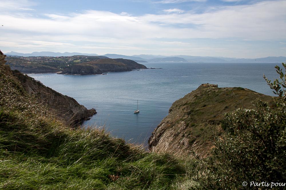 Jeter l'ancre à l'abri... Et envier leur solitude... Gorliz, entre mer et montagnes. Au Pays-Basque, Espagne