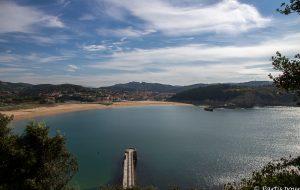 La plage de Gorliz, entre mer et montagnes. Pays-Basque, Espagne