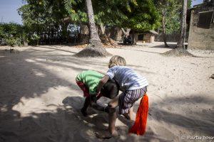 Sacha s'initiant à la lutte à Cachouane, en Casamance. Sénégal