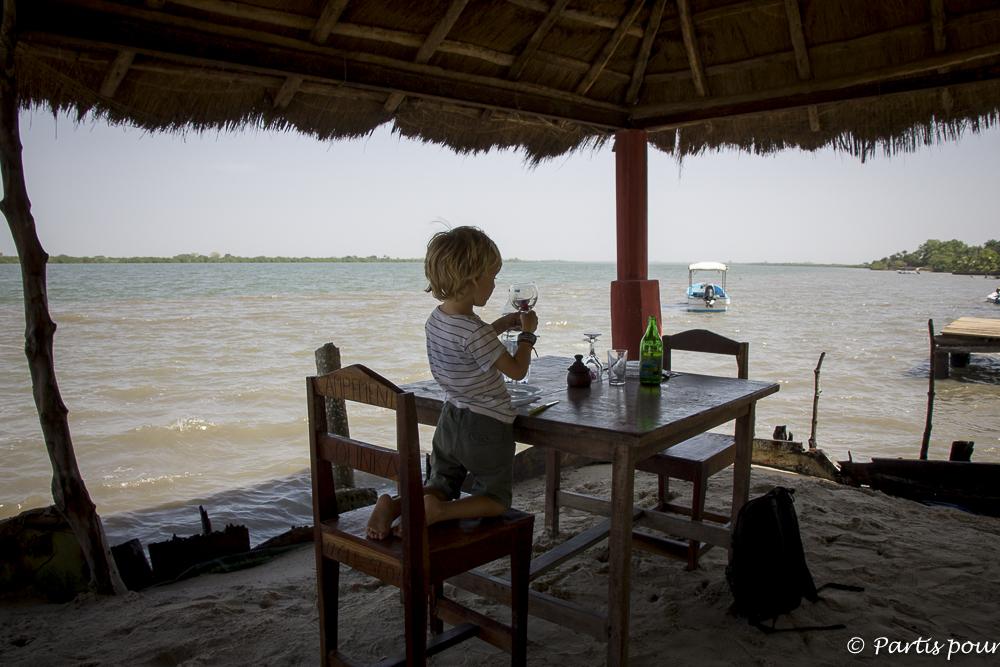 Manger face au fleuve sur la plage du campement Sounka à Cachouane, Casamance, Sénégal